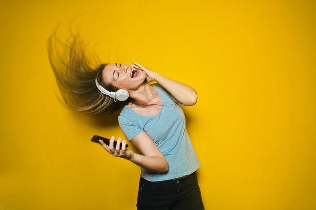 Mental coach geeft tips om je goed te voelen en om je humeur op te krikken zoals bij deze dame op de foto