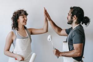 Een betere relatie beter werk meer geluk en motivatie met deze tips van mental coach lifecoach en loopbaancoach foto met high five
