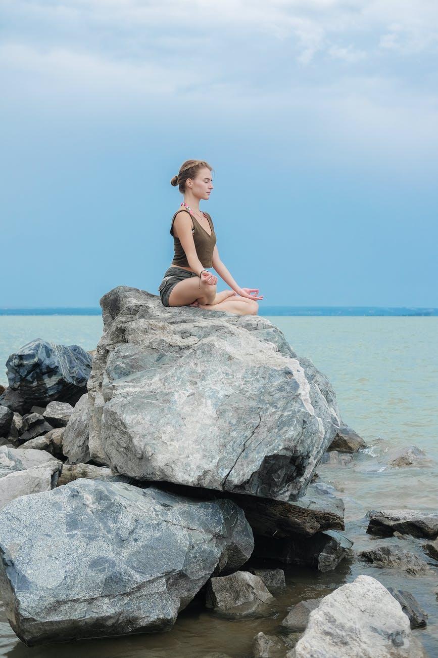Loopbaancoach en perfectionismecoach foto rotsen stilte meditatie